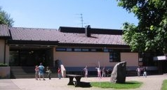 Foto: Eingangsbereich und Pausenhof